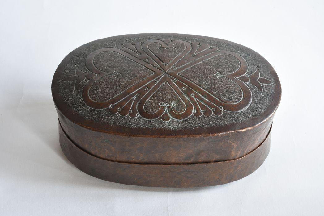 boîte en cuivre: dessous, vue générale