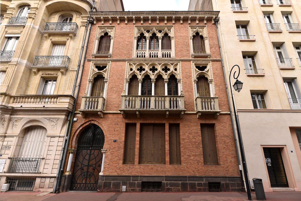 Villa Vénitienne: façade sur rue, vue générale