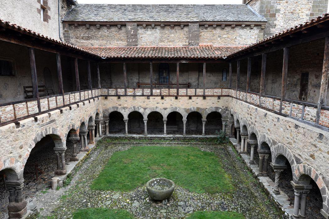 Ancienne abbaye Saint-André-de-Lavaudieu: cloître, vue générale