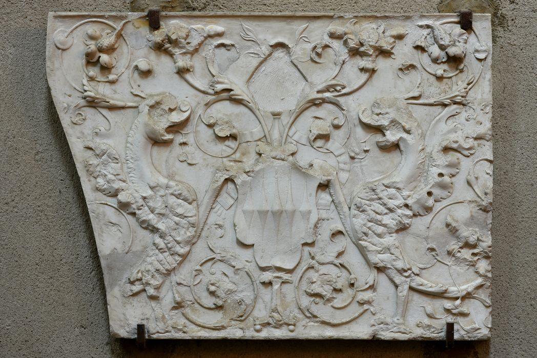 Bas-relief aux armes de Jacques de Sénecterre encadrées de créatures affrontées, sur fond de rinceaux, vue générale