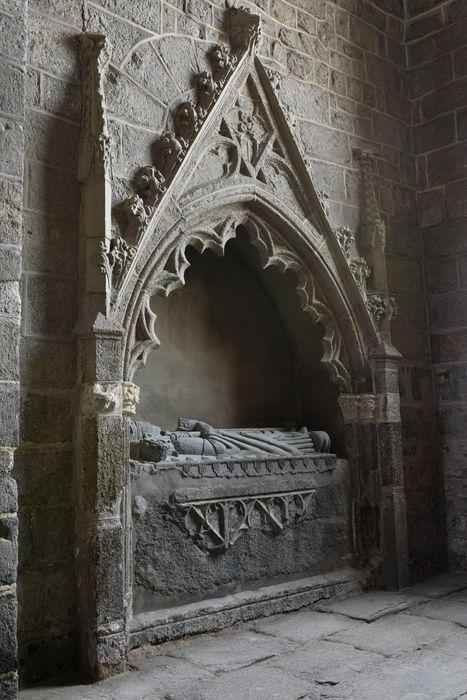 Tombeau à enfeu (gisant) d'un évêque du Puy, vue générale