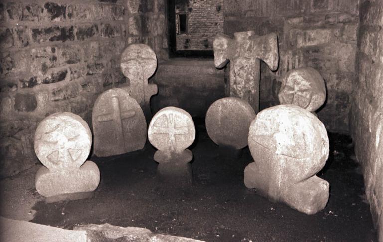 8 dalles funéraires
