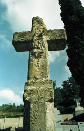 croix de cimetière en pierre