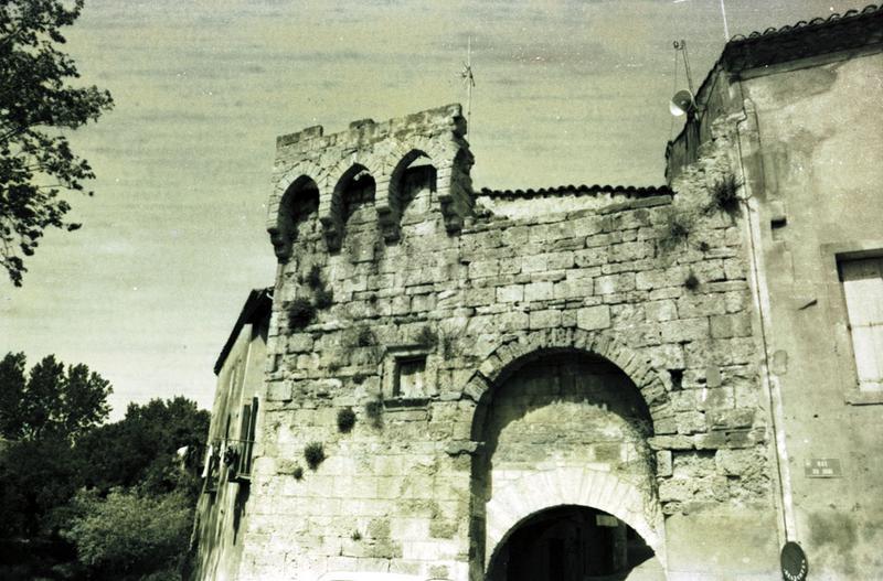 porte de ville et remparts attenants