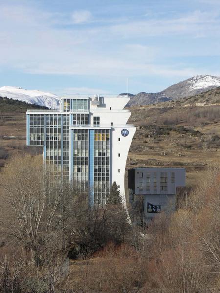 Four solaire d'Odeillo ; immeuble des maisons solaires Trombe-Michel