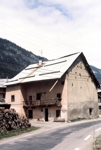 Maison rose dans le village