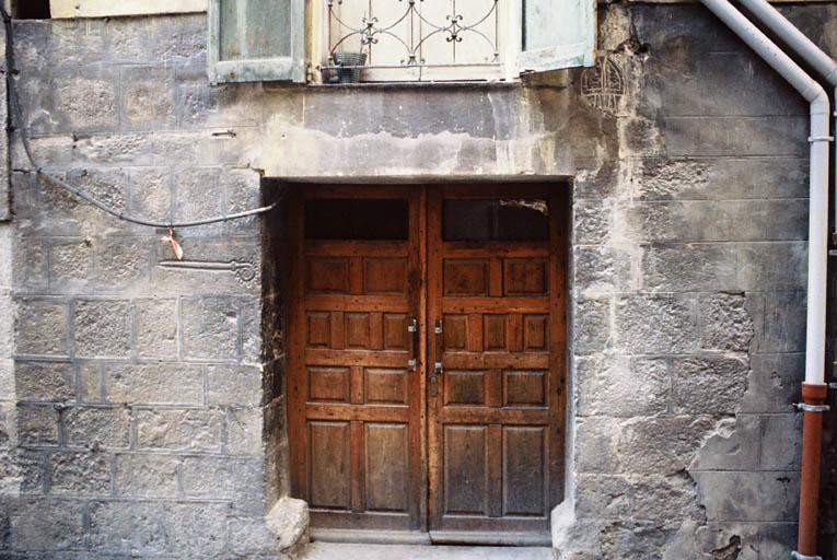 maison à large porte carrée