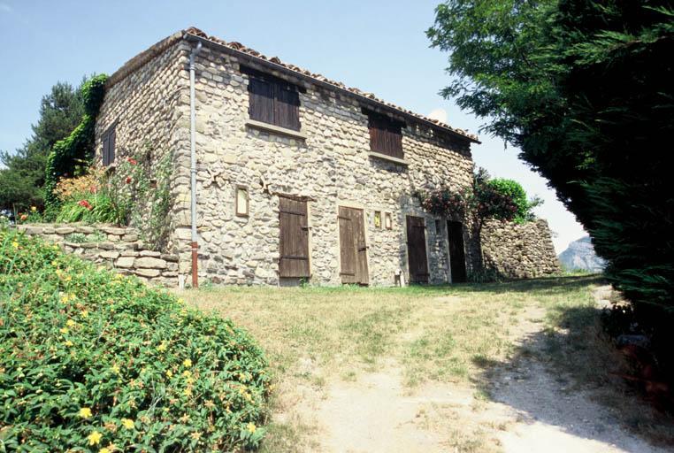 Maison construite avec les vestiges de l'ancien château
