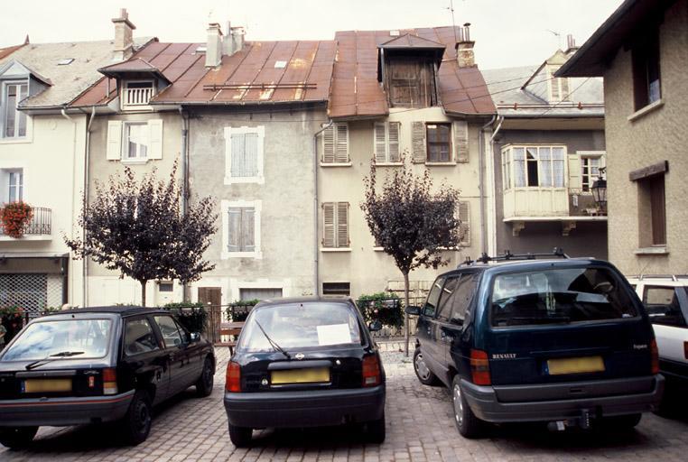 Maisons aux abords de la place