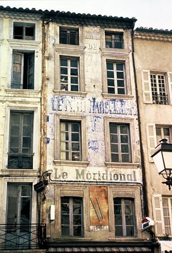 """Façade avec réclame peinte """"Le petit Marseillais"""""""