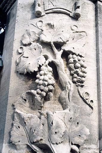 Portail à décor de raisins