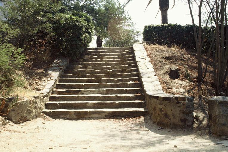 Fabriques de jardin dites escalier fleuri et pergola ronde du Pateck