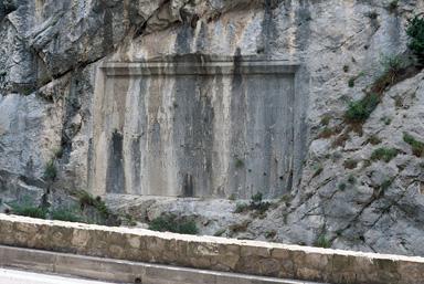 Plaques commémoratives inscrites dans le roc et les parois rocheuses