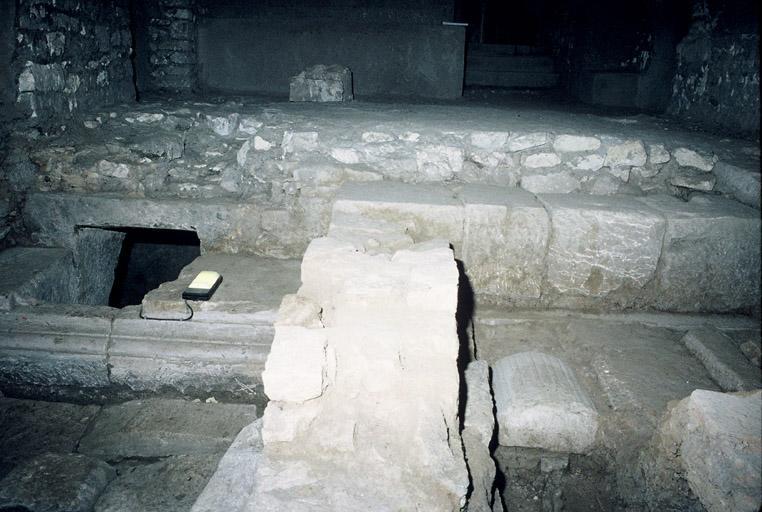 Forum romain (Cryptoportiques ou colonnes dites de Saint Lucien)