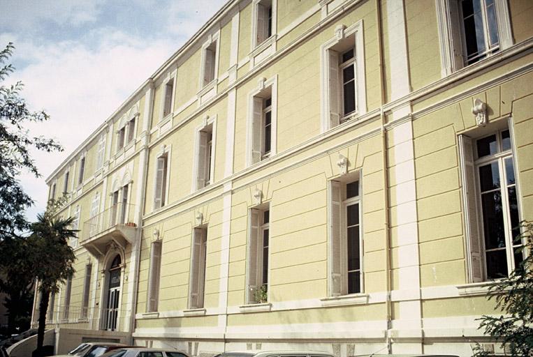 établissement administratif dit hôtel des impôts
