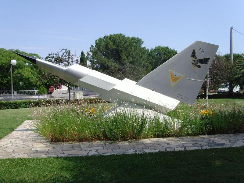 Monument aux morts de l'escadron de chasse 417 de la base aérienne d'Istres