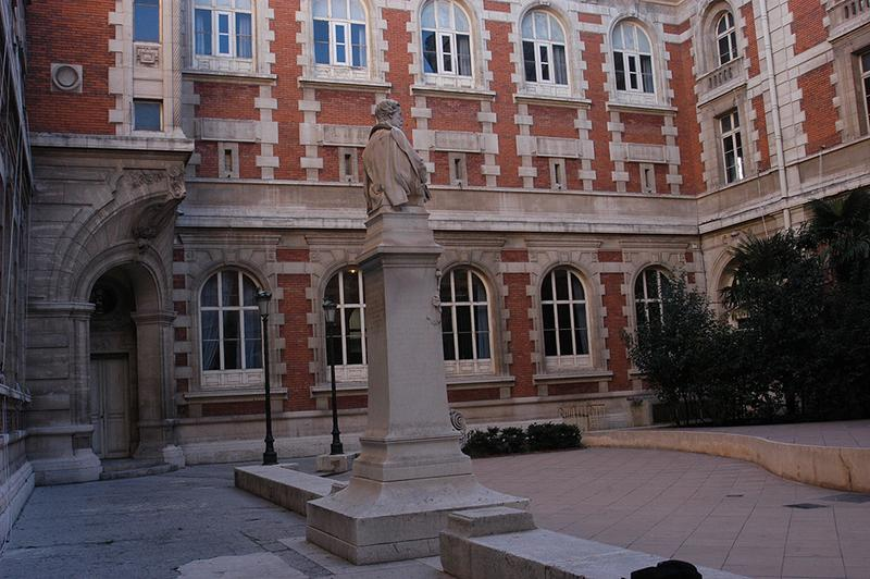 Monument à Espérandieu, palais des Arts ancienne école des Beaux-Arts et bibliothèque de la ville, conservatoire de musique