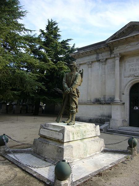 Monument aux morts de la guerre de 1870, la sentinelle des morts ; monument aux morts de la guerre de 1914-1918