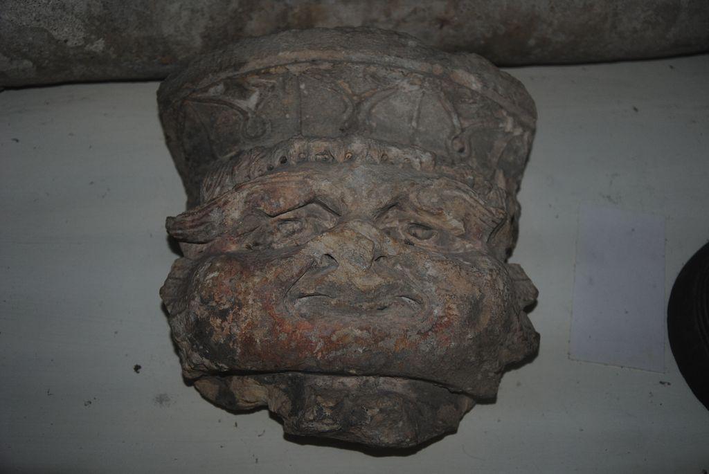 Console avec masque sculpté et décor végétal