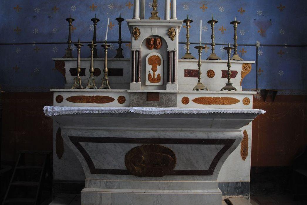 Maître-autel avec crucifix et chandeliers