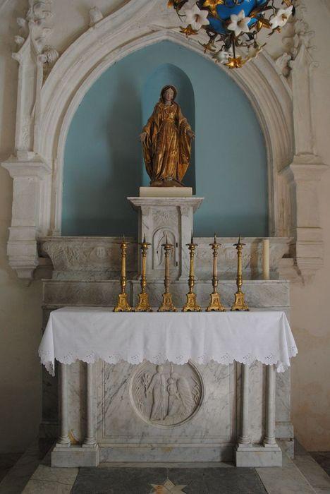 Autel : de la Vierge ; chandeliers d'autel
