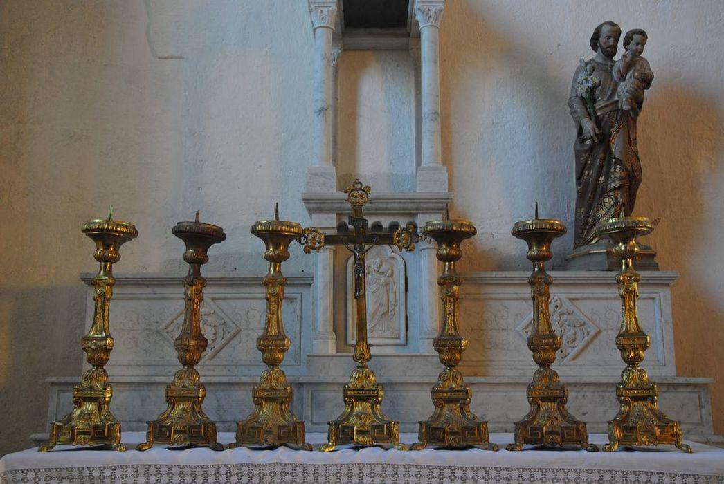 Autel principal ; croix ; chandeliers d'autel
