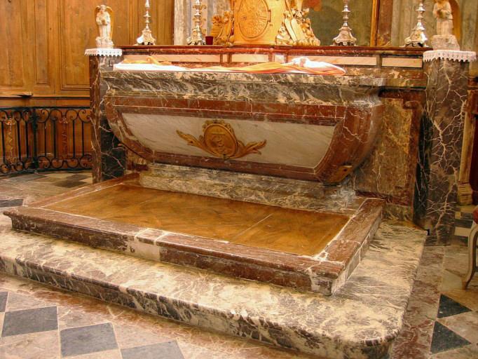 Maître-autel, degré d'autel