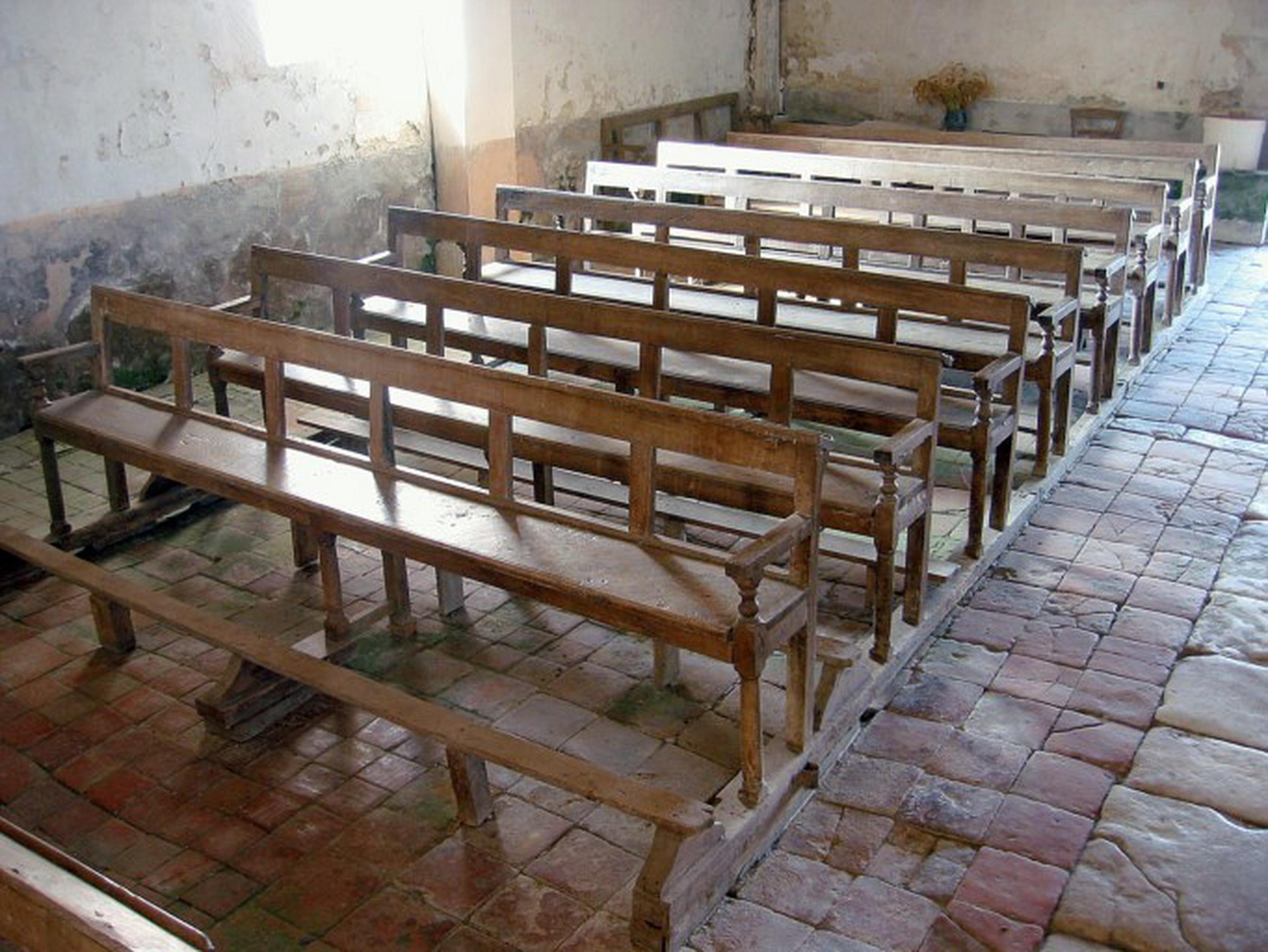 Ensemble de 30 bancs de fidèles
