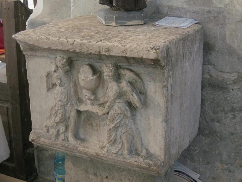 Bas-relief : Deux anges entourant le saint Ciboire