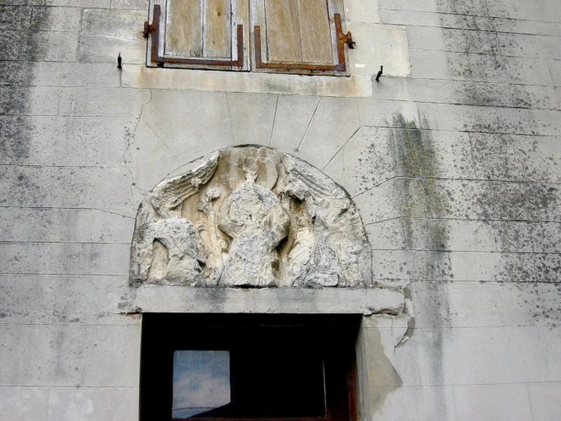 Bas-relief : Christ entre deux anges
