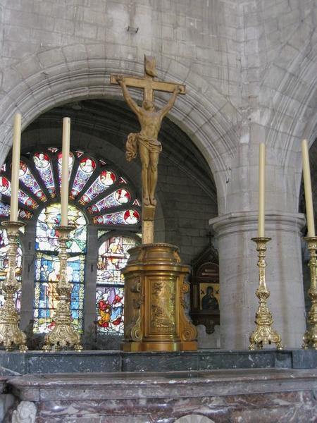 Croix d'autel sculptée : Christ en croix