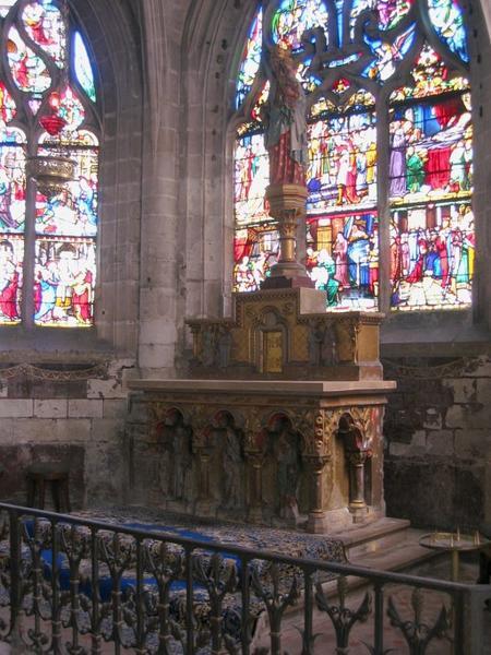 Autel et retable, tabernacle, statue