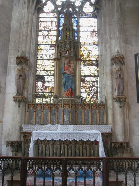 Autel et retable, tabernacle, statues, 2 crédences