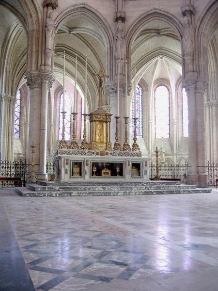 Maître-autel, gradin d'autel, tabernacle, 2 bas-reliefs, degré d'autel