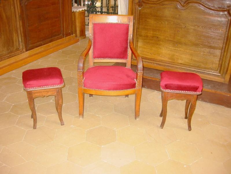 2 tabourets, fauteuil de célébrant