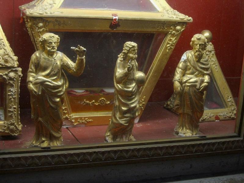 5 statuettes : deux anges, Christ tenant le globe terrestre, deux saints au livre