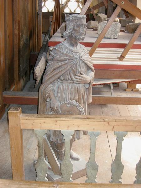 3 statues : Un roi et deux anges
