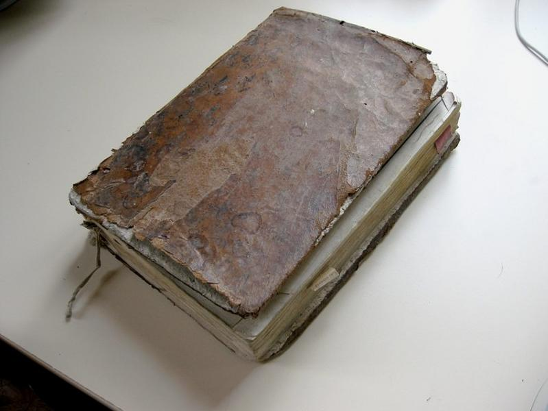 Livre liturgique : Missel romain (déposé en mairie)