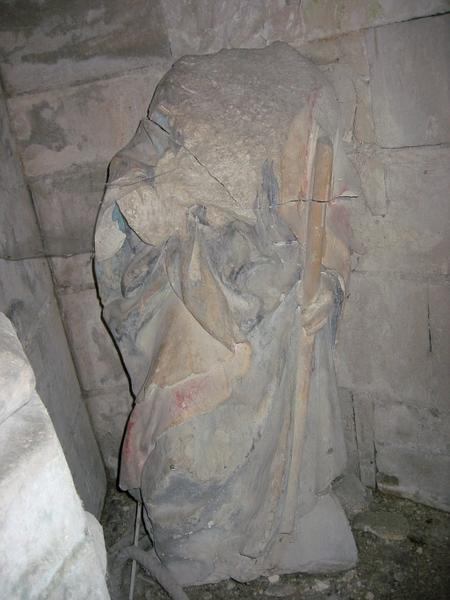Statue d'homme tenant un bâton