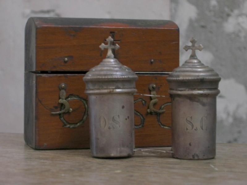 Ampoules et coffret aux saintes huiles