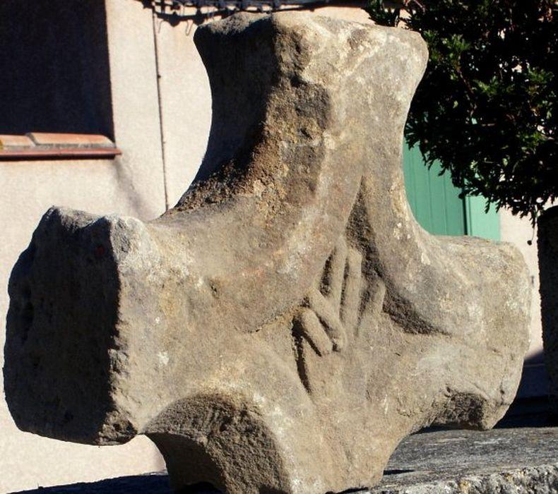 stèle funéraire (croix de sépulture) à la main bénissante