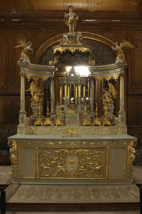 Autel dit autel du Plafond, retable, 4 statues : anges adorateurs, gradins d'autel, tabernacle, ciborium et 6 chandeliers d'autel
