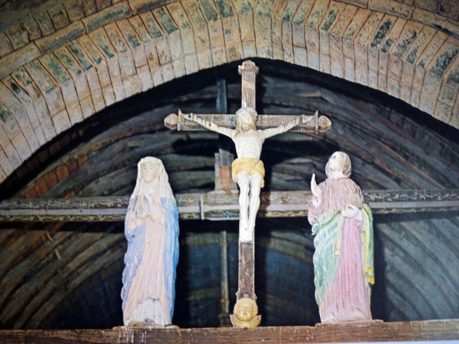 groupe sculpté : Le Christ entre la Vierge et Saint Jean
