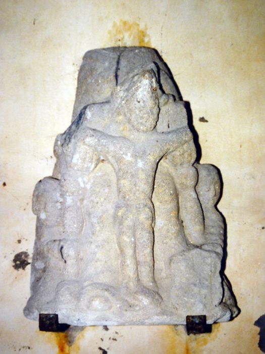 Statue : Christ en croix accosté à deux anges (Trinité ?)