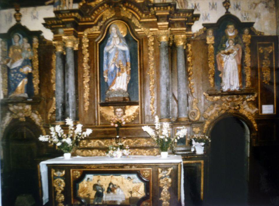 Autel dit du Rosaire avec deux statues : Vierge Mère, Sainte Anne et Marie