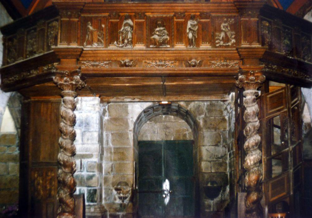 Tribune reposant sur deux colonnes torses