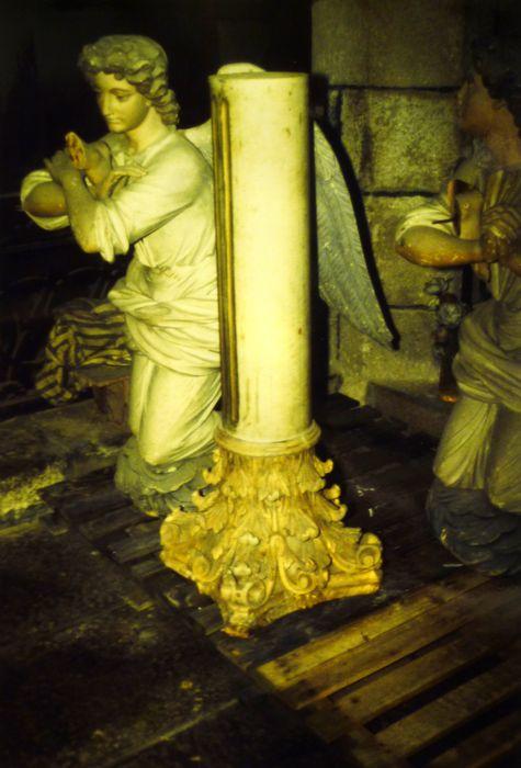 Maître-autel ; tabernacle ; 2 colonnes corinthiennes ; 2 statues : Ange adorateur