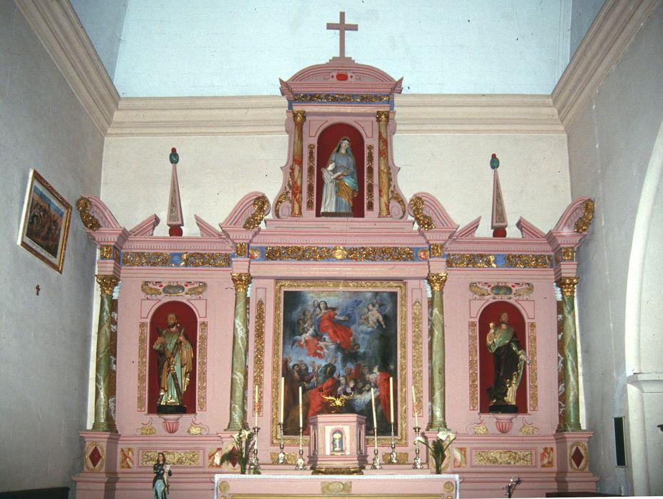 autel de la chapelle nord, tabernacle, retable, tableau : Assomption, statues : Saint André, Saint Pierre, groupe sculpté : Sainte Anne et la Vierge