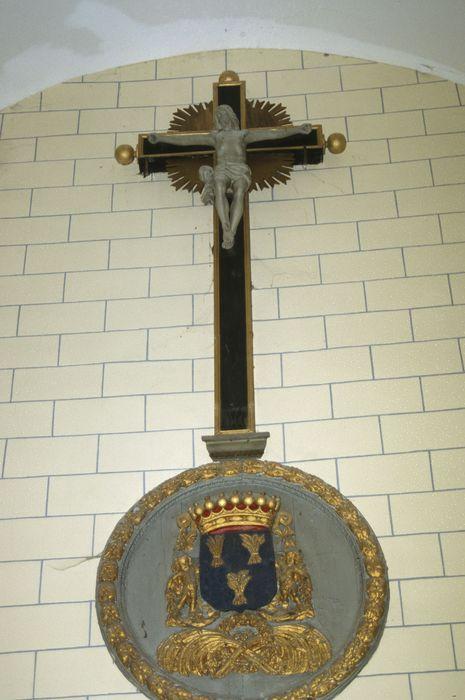 bas-relief et statue : Blason surmonté d'un Christ en croix