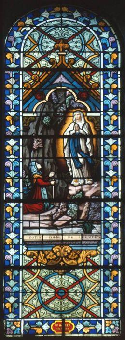 Ensemble de neuf verrières (grisailles) et cinq verrières : Saint François d'Assise recevant le corps du Christ (baie 0), Apparition de la Vierge de Lourdes (baie 1), Saint Jean Baptiste (baie 2), Sacré-Coeur de la Vierge (baie 3), Sacré-Coeur de Jésus (baie 4)